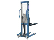 Manual stacker with double-acting pump